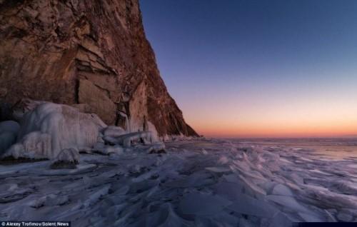 Vết nứt kỳ bí dài hàng trăm mét giữa hồ nước ngọt lớn nhất thế giới - anh 7