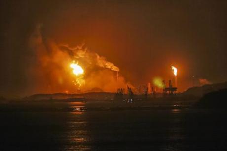 Trung Quốc: Nổ nhà máy hóa chất kinh hoàng, nhà kính của dân nát vụn - anh 2