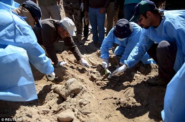 Chấn động: IS vùi 1.700 người trong nấm mồ khủng khiếp tại Tikrit [Video] - anh 1