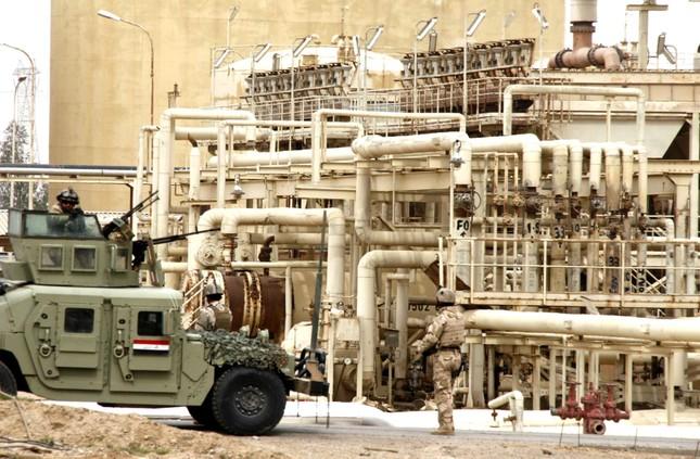 Khủng bố IS điên cuồng lao xe tự sát vào nhà máy dầu lớn nhất Iraq - anh 2