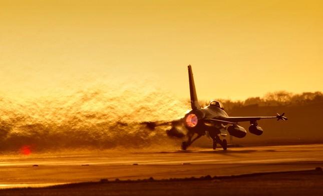 Chiến đấu cơ của Không quân Indonesia đột nhiên bốc cháy kinh hoàng - anh 1