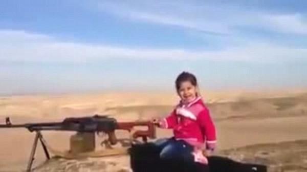Bé gái 7 tuổi bắn súng tiêu diệt 400 tên IS [video] - anh 1