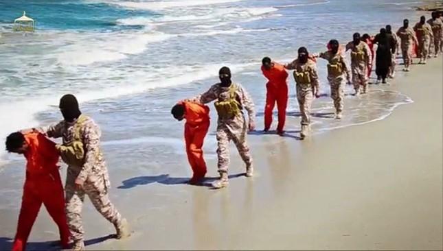 IS và tội ác chặt đầu 30 tín đồ ngoại đạo đầy ghê tởm ở Lybia - anh 1