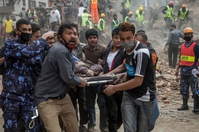 Toàn cảnh trận động đất kinh hoàng ở Nepal, hơn 6.000 người thương vong [Photos] - anh 9