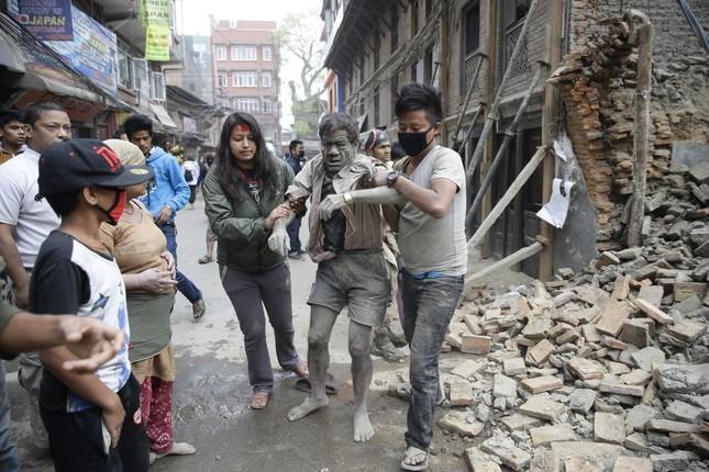 Toàn cảnh trận động đất kinh hoàng ở Nepal, hơn 6.000 người thương vong [Photos] - anh 1