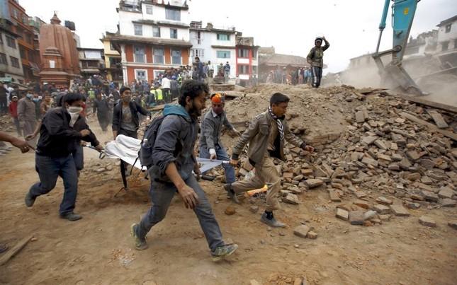 Toàn cảnh trận động đất kinh hoàng ở Nepal, hơn 6.000 người thương vong [Photos] - anh 11
