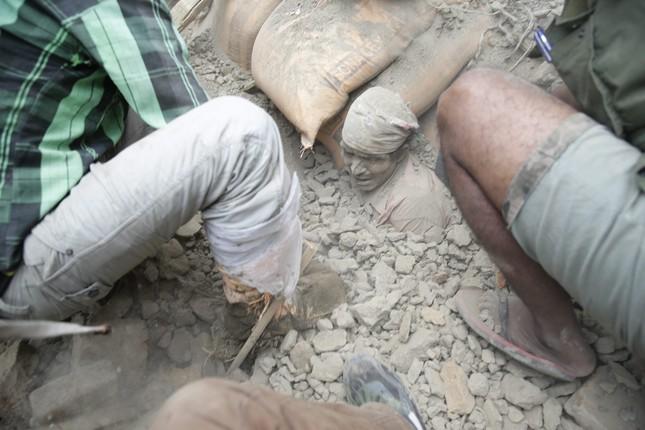 Gần 2.500 người chết sau động đất, Nepal chìm trong tang thương - anh 1