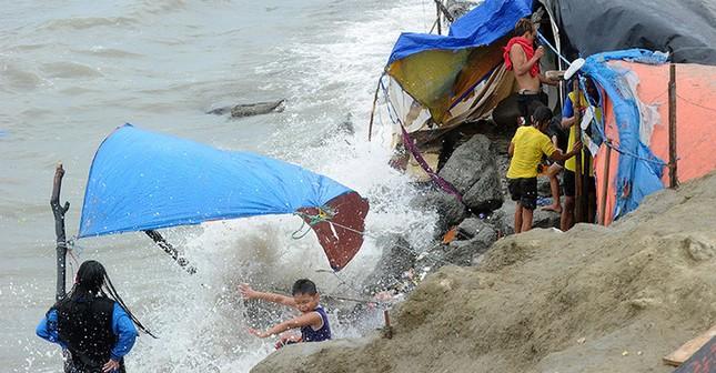 Siêu bão Noul giật 220km/h đổ bộ Philippines, 3.500 người phải sơ tán - anh 2