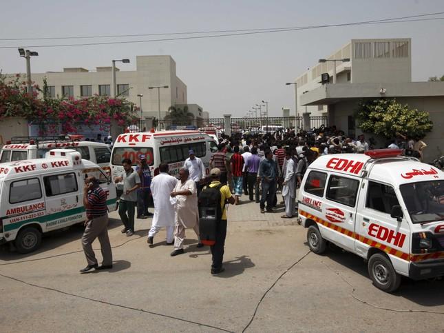 Phiến quân IS điên cuồng xả súng, giết chết 43 thường dân Pakistan - anh 1