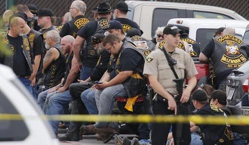 Mỹ: Đấu súng ác liệt giữa các băng lái xe motor, 9 người chết - anh 1
