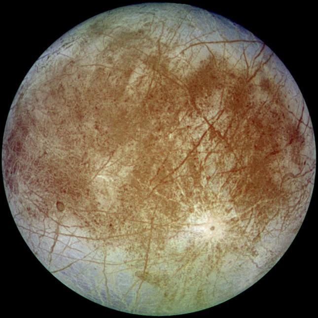 NASA: Vật chất tối bí ẩn trên mặt trăng Europa có thể là muối biển - anh 1