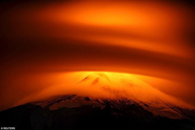 Núi lửa phun trào tại Chile, nhuốm đỏ bầu trời - anh 2