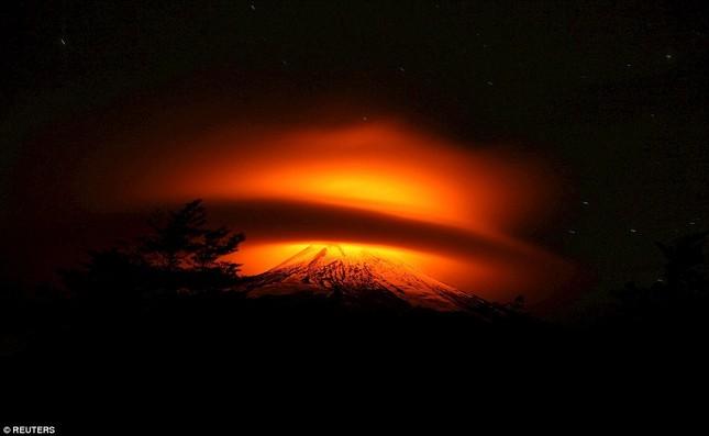 Núi lửa phun trào tại Chile, nhuốm đỏ bầu trời - anh 5