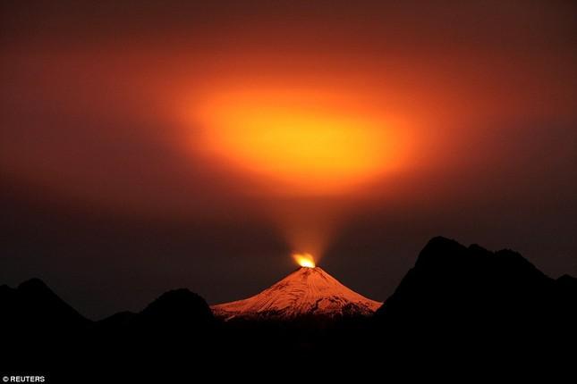 Núi lửa phun trào tại Chile, nhuốm đỏ bầu trời - anh 1