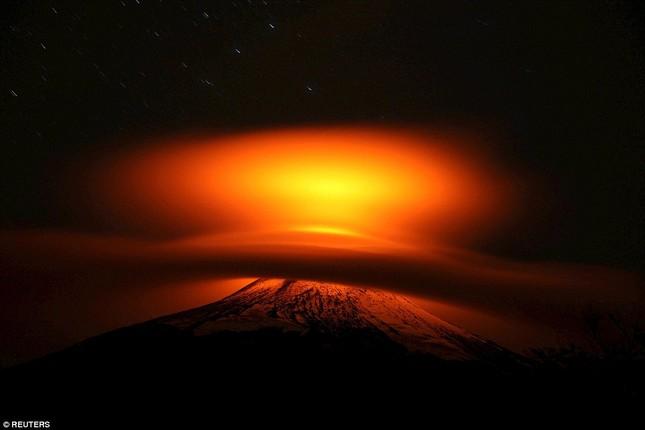 Núi lửa phun trào tại Chile, nhuốm đỏ bầu trời - anh 3