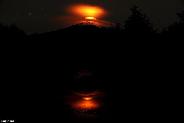 Núi lửa phun trào tại Chile, nhuốm đỏ bầu trời - anh 4