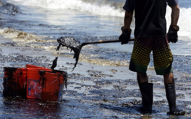 Toàn cảnh vụ tràn 76.000 lít dầu khủng khiếp ở Mỹ [Photos] - anh 11