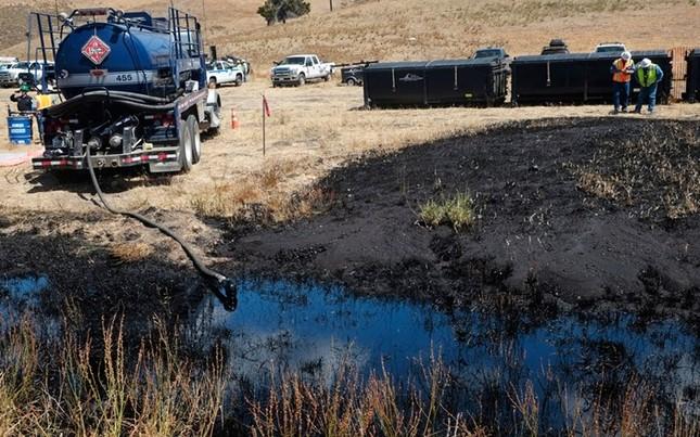 Toàn cảnh vụ tràn 76.000 lít dầu khủng khiếp ở Mỹ [Photos] - anh 6