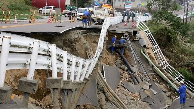 Động đất làm rung chuyển Tokyo, 'đánh sập' hệ thống tàu điện ngầm - anh 1