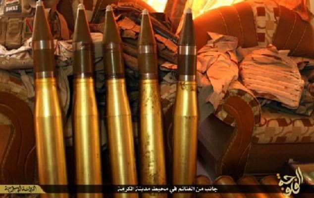 Khủng bố IS khoe dàn vũ khí 'khủng' cướp được từ quân đội Iraq - anh 1