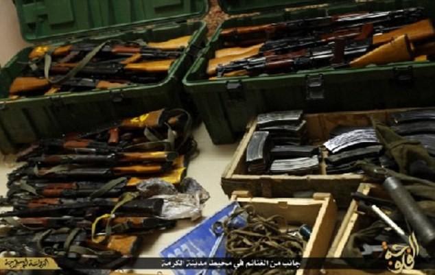 Khủng bố IS khoe dàn vũ khí 'khủng' cướp được từ quân đội Iraq - anh 2