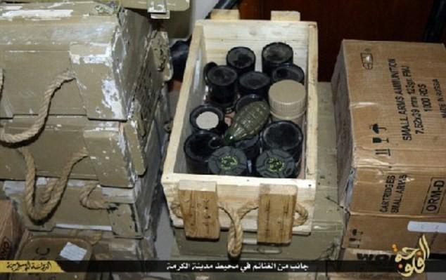 Khủng bố IS khoe dàn vũ khí 'khủng' cướp được từ quân đội Iraq - anh 3
