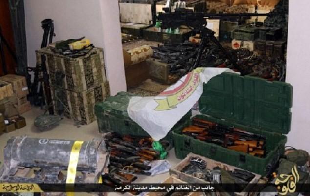 Khủng bố IS khoe dàn vũ khí 'khủng' cướp được từ quân đội Iraq - anh 4