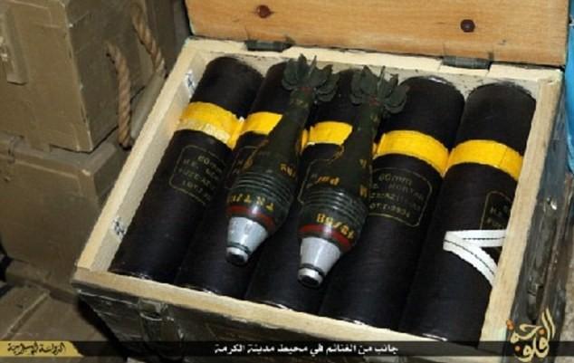 Khủng bố IS khoe dàn vũ khí 'khủng' cướp được từ quân đội Iraq - anh 5