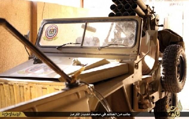 Khủng bố IS khoe dàn vũ khí 'khủng' cướp được từ quân đội Iraq - anh 7