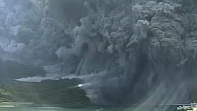 Núi lửa Nhật Bản bất ngờ phun trào, phụt khói đen ngòm cao 9.000m - anh 2
