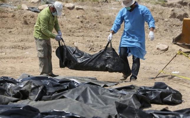 Phát hiện mồ chôn 500 sinh viên do khủng bố IS thực hiện tại Iraq - anh 1