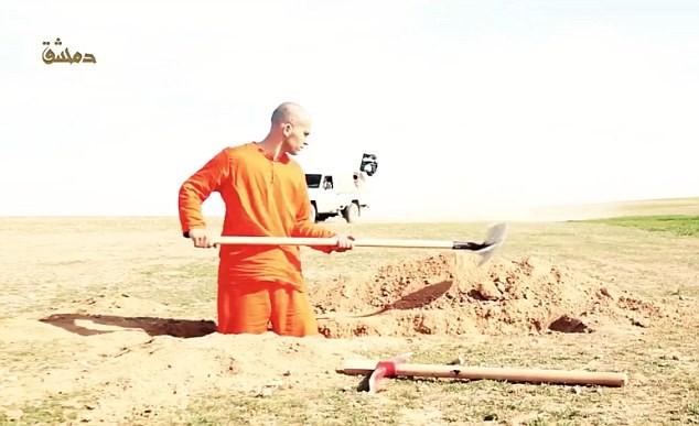 Khủng bố IS bắt tù nhân đào huyệt chính mình trước khi cắt đầu [video] - anh 3