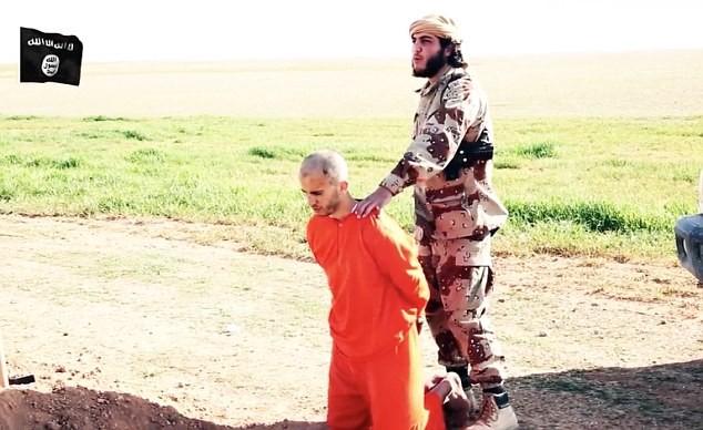 Khủng bố IS bắt tù nhân đào huyệt chính mình trước khi cắt đầu [video] - anh 4