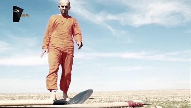 Khủng bố IS bắt tù nhân đào huyệt chính mình trước khi cắt đầu [video] - anh 2