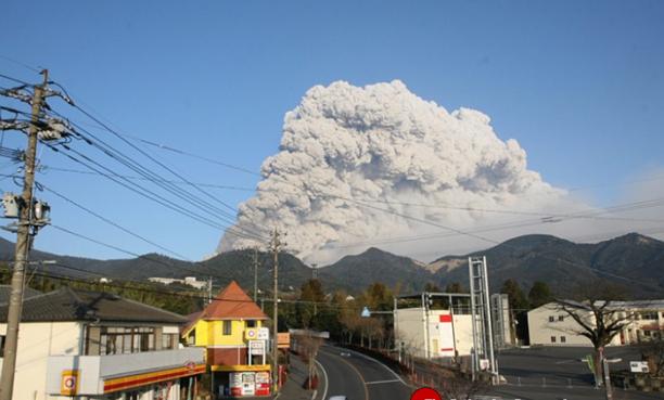 Núi lửa Nhật Bản bất ngờ phun trào, phụt khói đen ngòm cao 9.000m - anh 1