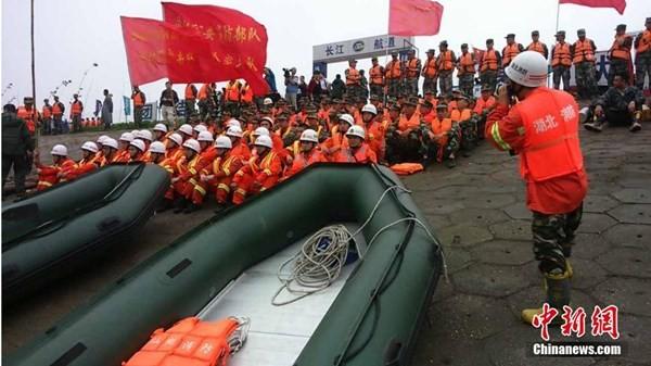 Chìm tàu chở 458 người ở Trung Quốc: Hơn 3.100 người tham gia cứu hộ - anh 2