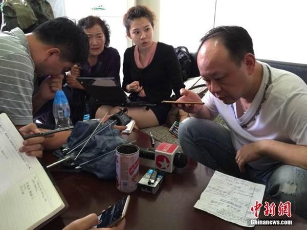 Chìm tàu chở 458 người ở Trung Quốc: Thân nhân khóc ngất chờ tin; Toàn Bắc Kinh dốc sức cứu hộ - anh 2