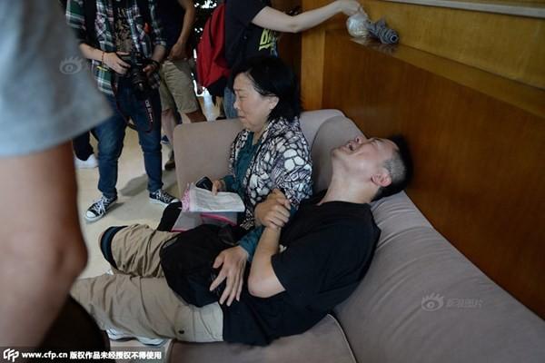 Chìm tàu chở 458 người ở Trung Quốc: Thân nhân khóc ngất chờ tin; Toàn Bắc Kinh dốc sức cứu hộ - anh 3