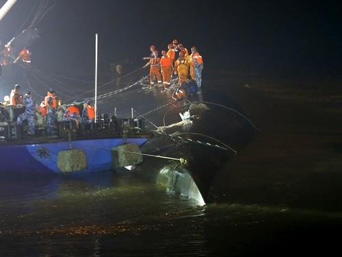 Vụ chìm tàu Trung Quốc: Hi vọng cứu vớt 400 người cạn dần - anh 2