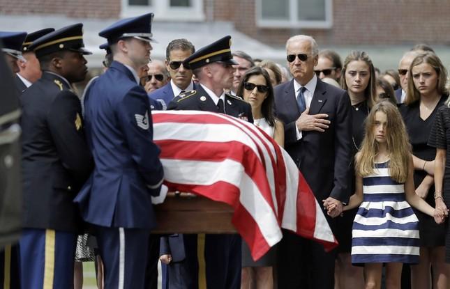 Tổng thống Obama đọc điếu văn trong lễ tang con trai Phó Tổng thống Mỹ - anh 1