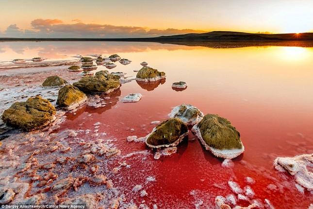 Ngắm hồ nước mặn đẹp tựa trên sao Hỏa ở Ukraine - anh 1