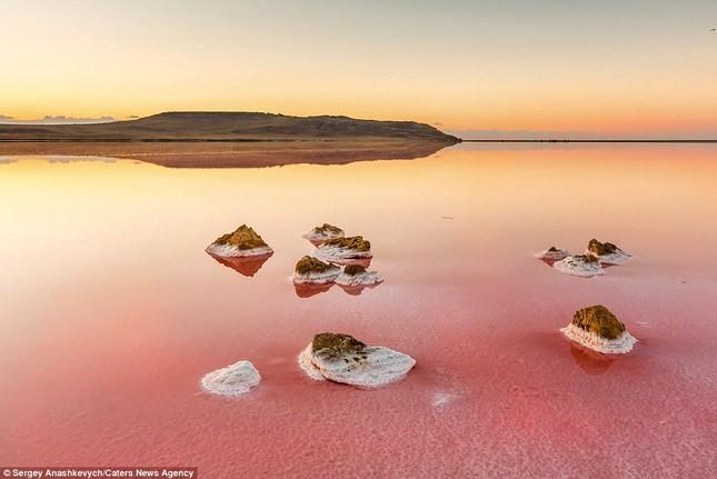 Ngắm hồ nước mặn đẹp tựa trên sao Hỏa ở Ukraine - anh 2