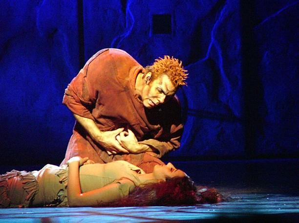 """Mối tinh si đầy thống khố của thằng gù Quasimodo trong tuyệt phẩm """"Nhà thờ Đức Bà Paris"""" - anh 4"""