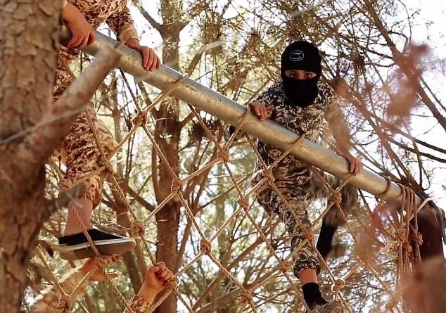 Thâm nhập trại huấn luyện phần tử khủng bố dành cho trẻ em của IS [Video] - anh 8