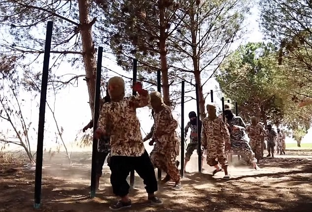 Thâm nhập trại huấn luyện phần tử khủng bố dành cho trẻ em của IS [Video] - anh 6