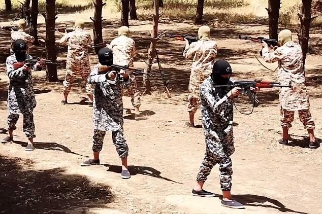 Thâm nhập trại huấn luyện phần tử khủng bố dành cho trẻ em của IS [Video] - anh 9