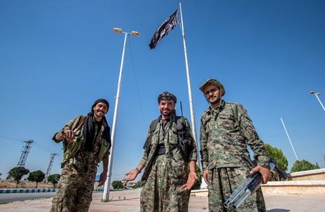 Khủng bố IS bị đánh tan tác tại Raqqa, Syria - anh 1