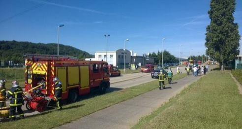 Khủng bố IS liên tiếp đánh bom, chặt đầu tại nhà máy Pháp - anh 1