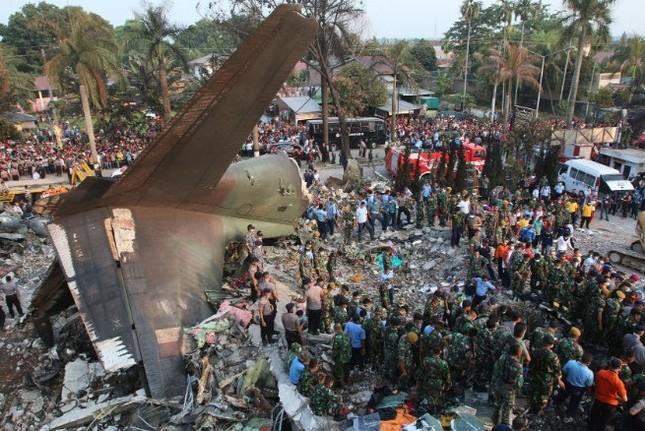 Vụ máy bay Indonesia rơi: Số người chết tiếp tục tăng lên - anh 1