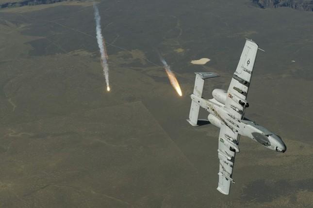 Sức mạnh khủng khiếp của 'Thần Sấm': Máy bay yểm trợ số 1 Mỹ - anh 4